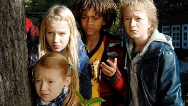 Emma (Aurelia Stern), Sophie (Katherina Unger), Themba (Coco Nima) und Rasmus (Julian Winterbach) sind auf der Hut. | Rechte: NDR/Romano Ruhnau
