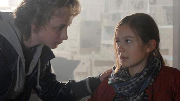 Rasmus (Julian Winterbach) macht sich Sorgen um Lina (Lale H. Mann) | Rechte: NDR/Romano Ruhnau