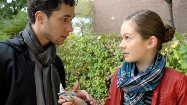 Lina (Lale H. Mann) macht Bekanntschaft mit dem skrupellosen Dealer Hanno (Ludwig Trepte). | Rechte: NDR/Romano Ruhnau