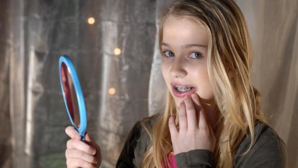 Sophie (Katherina Unger) ist verzweifelt und unglücklich über ihre neue Zahnspange. | Rechte: NDR/Romano Ruhnau