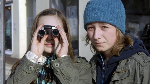 Lina (Lale H.Mann, li.) und Rasmus (Julian Winterbach) observieren einen verdächtigen Minimarktbesitzer. | Rechte: NDR/Romano Ruhnau
