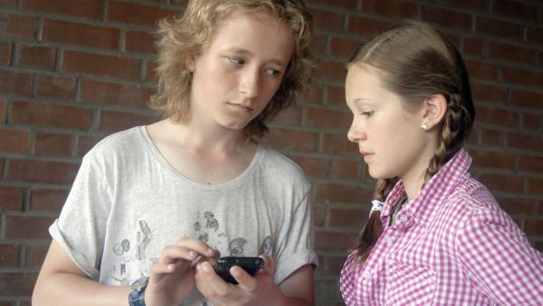 Rasmus (Julian Winterbach, li.) und Lina (Lale H. Lange) schöpfen Verdacht. | Rechte: NDR/Romano Ruhnau