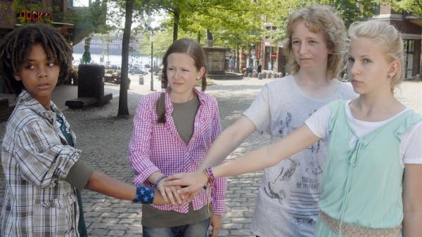 Die Pfefferkörner Themba (Coco Nima, li.), Lina (Lale H. Lange, 2.v.li.), Rasmus (Julian Winterbach, 3.v.li.) und Sophie (Katherina Unger, re.) halten zusammen. | Rechte: NDR/Romano Ruhnau