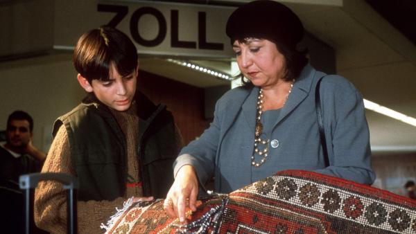 Cems Oma Emine (Sema Poyraz) kann es nicht fassen: Im Teppich sind Cannabisfäden eingenäht. | Rechte: NDR/Boris Laewen