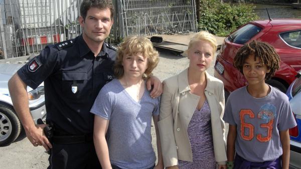 Sven (Simon Boer, li.) und Lene (Katrin Weiss) sind froh, dass Rasmus (Julian Winterbach, Mitte) und Themba (Coco Nima, re.) nichts passiert ist. | Rechte: NDR/Romano Ruhnau