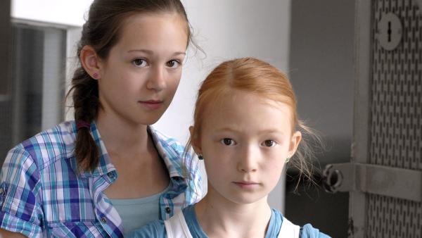 Emma (Aurelia Stern, re.) und Lina (Lale H. Mann) sind gespannt, wie ihr Jungs-Casting für Sophie ausgeht. | Rechte: NDR/Romano Ruhnau