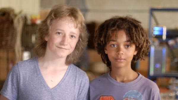 Rasmus (Julian Winterbach, li.) und Themba (Coco Nima, re.) sind die besten Freunde. | Rechte: NDR/Romano Ruhnau