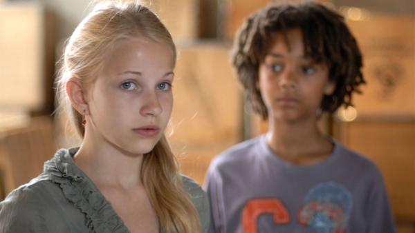 Sophie (Katherina Unger) ist sich unsicher über ihre Gefühle zu Themba (Coco Nima). | Rechte: NDR/Romano Ruhnau