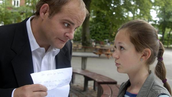 Jan (Matthias Klimsa, li.) ist enttäuscht, weil ihn seine Tochter Lina (Lale H. Lange) angelogen hat. | Rechte: NDR/Romano Ruhnau