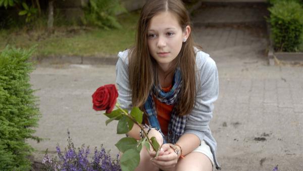 Lina (Lale H. Lange) am Grab ihrer Mutter. | Rechte: NDR/Romano Ruhnau