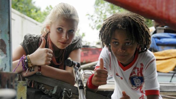 Sophie (Katherian Unger) und Themba (Coco Nima, re.) sind auf Position. | Rechte: NDR/Romano Ruhnau