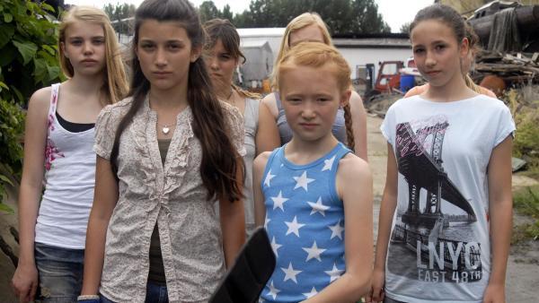 Emma (Aurelia Stern, vorn), Karla (Levke Salander, li.) und die anderen Mädchen wollen sich an den Internet-Betrügern rächen. | Rechte: NDR/Romano Ruhnau