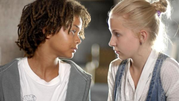 Themba (Coco Nima) und Sophie (Katherina Unger) empfinden mehr füreinander als sie zugeben mögen. | Rechte: NDR/Romano Ruhnau