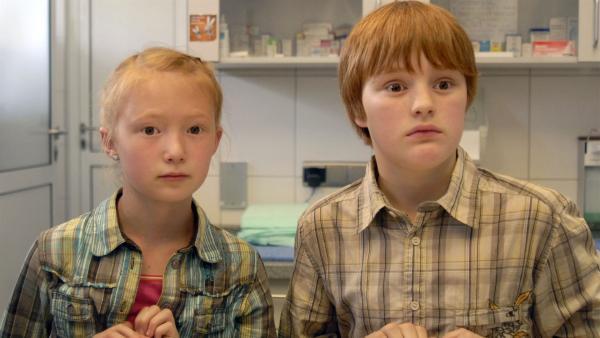 Emma (Aurelia Stern, li.) und Martin (Justus Rosenkranz, re.) wollen wissen, warum die Welpen krank sind. | Rechte: NDR/Romano Ruhnau