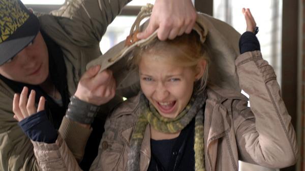 Sophie (Katherina Unger) wird von Dako (David Schütter-Wieske) überwältigt. | Rechte: NDR/Romano Ruhnau