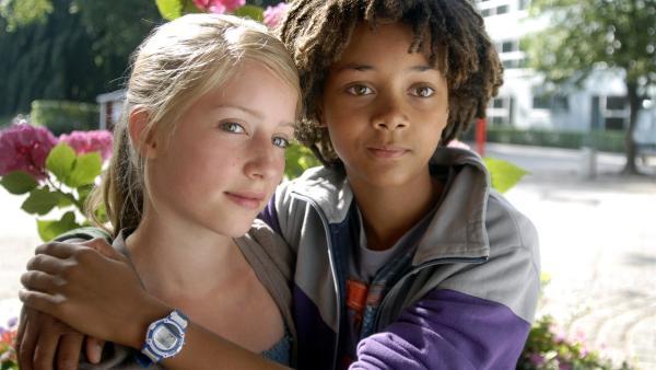 Themba (Coco Nima, re.) ist mit Alisa (Lianna Kerneck) zusammen. | Rechte: NDR/Romano Ruhnau