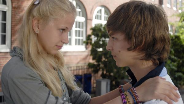 Sophie (Katherina Unger, li.) macht Lukas (Sandro Wenzing) schöne Augen, um Themba eifersüchtig zu machen. | Rechte: NDR/Romano Ruhnau