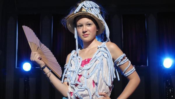 Lina (Lale H. Lange) macht bei einer schrägen Modenschau mit. | Rechte: NDR/Romano Ruhnau