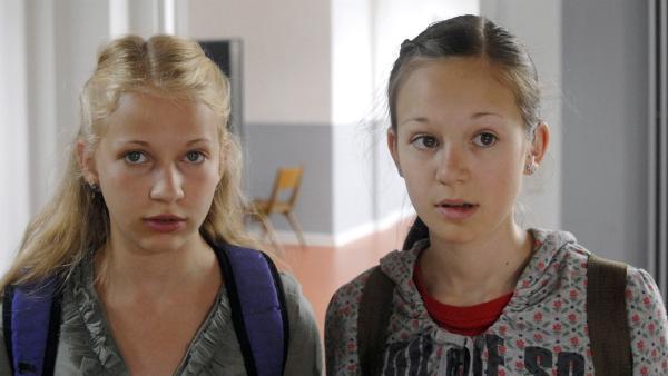 Sophie (Katherina Unger, li.) und Lina (Lale H. Lange) können nicht fassen, dass ihre Kleider zerschnippelt worden sind. | Rechte: NDR/Romano Ruhnau