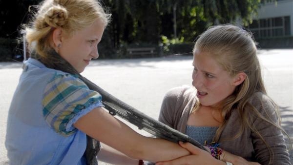 Sophie (Katherina Unger, li.) und Alisa (Lianna Kerneck, re.) geraten in einen handfesten Streit. | Rechte: NDR/Romano Ruhnau
