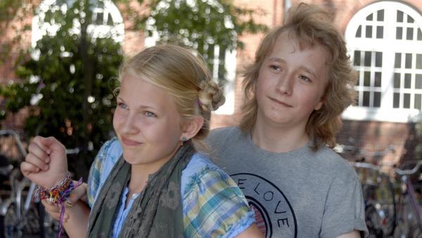 Rasmus (Julian Winterbach, re.) kann die wütende Sophie (Katherina Unger, li.) kaum zurückhalten. | Rechte: NDR/Romano Ruhnau