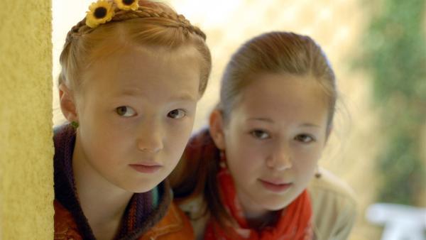 Emma (Aurelia Stern, links) und Lina (Lale H. Lange) sind auf der Lauer. | Rechte: NDR/Romano Ruhnau