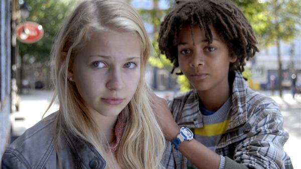 Sophie (Katherina Unger) und Themba (Coco Nima) beobachten einen Verdächtigen.   Rechte: NDR/Romano Ruhnau