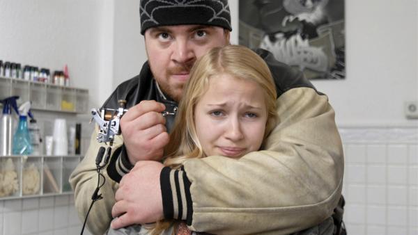 Sophie (Katherina Unger) ist in der Gewalt des verrückten Mehmed (Tristan Seith).   Rechte: NDR/Romano Ruhnau