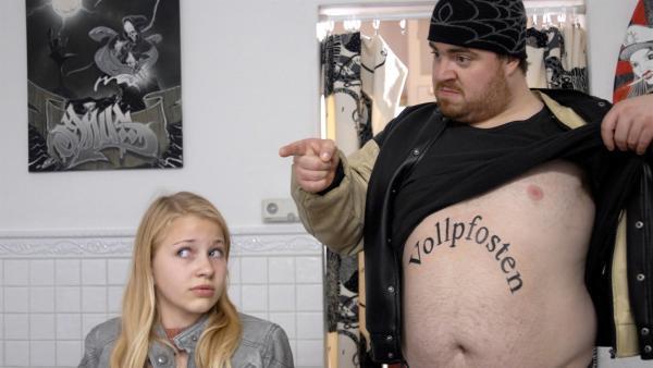 Sophie (Katherina Unger) weiß nicht, was sie von Mehmed (Tristan Seith) halten soll. | Rechte: NDR/Romano Ruhnau