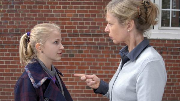 Sophie (Katherina Unger, li.) hat Ärger mit ihrer Mathe-Lehrerin Frau Wiegel (Anna Stieblich). | Rechte: NDR/Romano Ruhnau