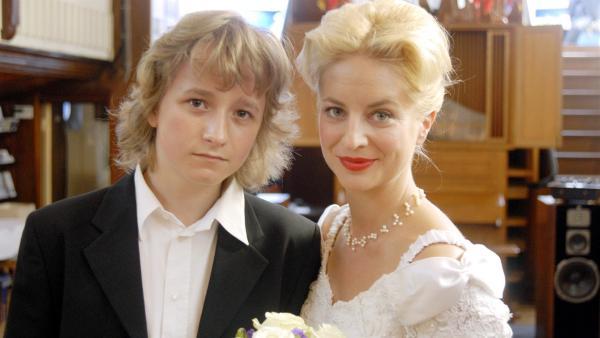 Rasmus (Julian Winterbach) führt seine Mutter Lene (Katrin Weisser) zum Altar. | Rechte: NDR/Romano Ruhnau