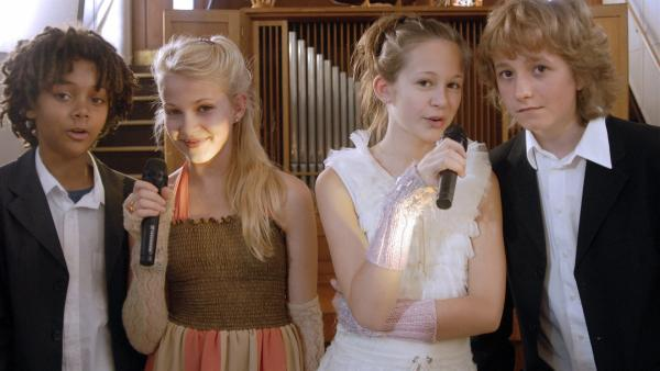 Themba (Coco Nima, li.), Sophie (Katherina Unger), Lina (Lale H. Lange, 3.v.l.) und Rasmus (Julian Winterbach, re.) singen dem Brautpaar ein Ständchen. | Rechte: NDR/Romano Ruhnau