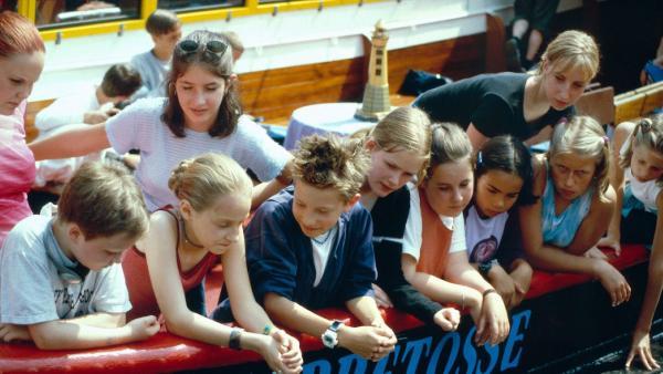 Vivi und ihre ganze Klasse auf der Barkasse Hoppetosse | Rechte: NDR