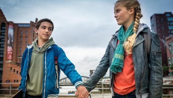 Jacob (Levin du Hamél) und Stella (Zoe Malia Moon) halten sich an der Hand. | Rechte: NDR/Studio HH Foto: Boris Laewen