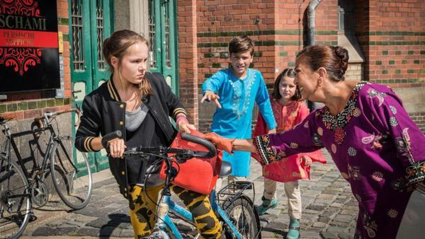 Sara (Antonia Büchel) entreisst Oma Mamanbozorg (Lilay Huser) die Handtasche. Ramin (Jann Piet) und Jale (Ava Sophie Richter) sehen entsetzt zu. | Rechte: NDR/Studio HH Foto: Boris Laewen