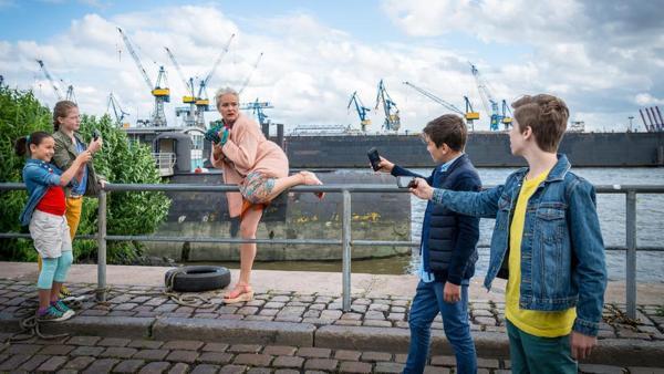 Jale (Ava Sophie Richter), Pinja (Sina Michel), Ramin (Jann Piet) und Till (Otto von Grevenmoor) machen Handyfotos von Astrid Dietz (Yvonne Hornack). | Rechte: NDR/Studio HH Foto: Boris Laewen