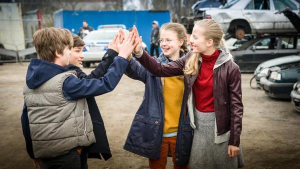 Die Pfefferkörner (v.l. Till (Otto von Grevenmoor), Ramin (Jann Piet), Pinja (Sina Michel) und Stella (Zoe Malia Moon)) | Rechte: NDR/Studio HH Foto: Boris Laewen