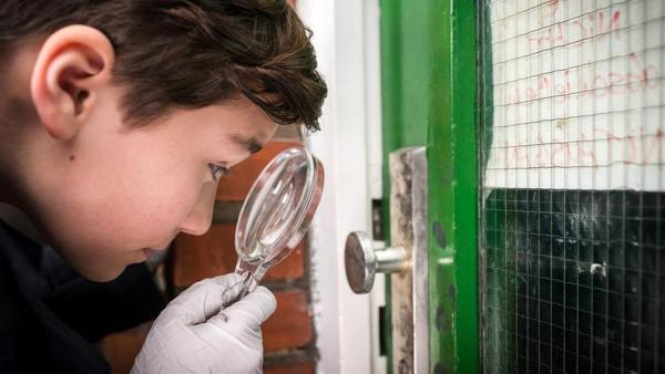 Ramin (Jann Piet) untersucht die Tür auf Fingerabdrücke. | Rechte: NDR/Boris Laewen