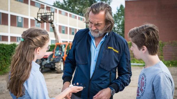 Pina (Sina Michel) und Till (Otto von Grevenmoor) stehen vor Richard Köster (Christian Wawerka). | Rechte: NDR/Studio HH Foto: Boris Laewen