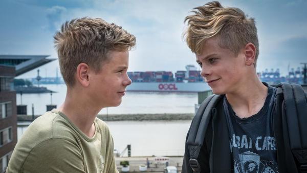 David (Luis Winter) und Marvin (Lewin Winter) stehen lächelnd am Hafen. | Rechte: NDR/Studio HH Foto: Boris Laewen