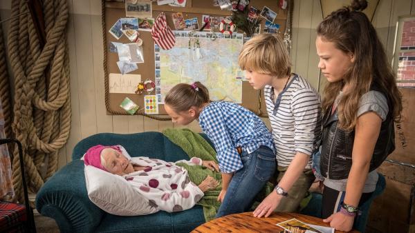 Eine ältere Dame sitzt auf dem Sofa im Hauptquartier. | Rechte: NDR
