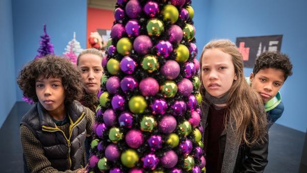 Femi, Nele, Tayo und Kira ermitteln in der Weihnachtsausstellung. | Rechte: NDR/Studio HH Foto: Boris Laewen