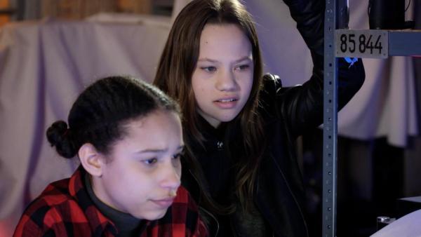 Lisha und Kira arbeiten zusammen. | Rechte: NDR