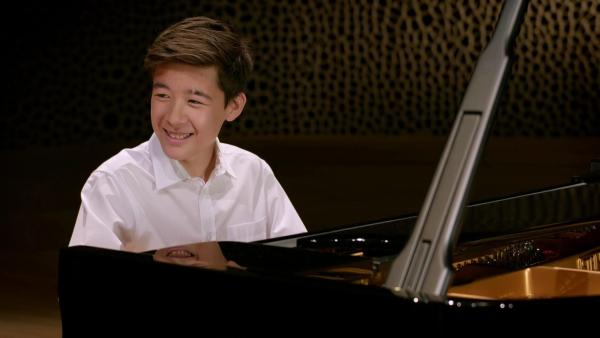 Das musikalische Wunderkind Kim Soo-Ri sitzt in der Elbphilharmonie am Flügel. | Rechte: NDR