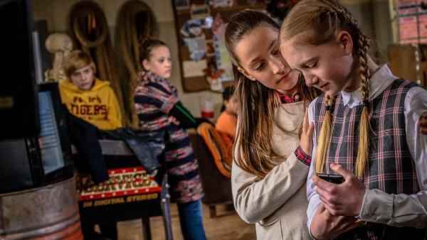 Nele nimmt Maja in den Arm | Rechte: NDR Foto: Boris Laewen