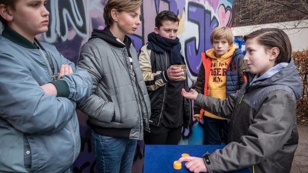 Yanis (Tom Philipp, rechts) kassiert beim Hütchenspiel ab | Rechte: NDR/Boris Laewen Foto: Boris Laewen