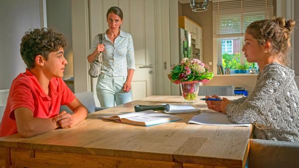 Tarun sitzt mit Ronja am Tisch während Ronjas Mutter hereinkommt und böse schaut. | Rechte: NDR/Letterbox Foto: Boris Laewen