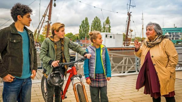 Tarun, Jonny und Clarissa unterhalten sich mit Taruns Oma Amisha. | Rechte: NDR/Letterbox Foto: Boris Laewen