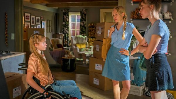 Pippa sitzt in ihrem Rollstuhl in der Wohnung und spricht mit zwei älteren Mädchen. | Rechte: NDR/Letterbox Foto: Boris Laewen