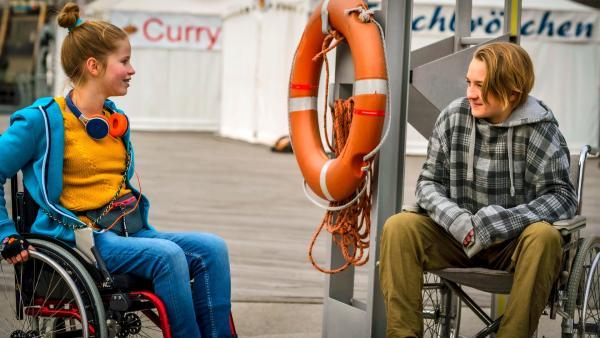 Pippa lächelt einen Jungen an, der ihr gegenüber auch im Rollstuhl sitzt. | Rechte: NDR/Letterbox Foto: Boris Laewen